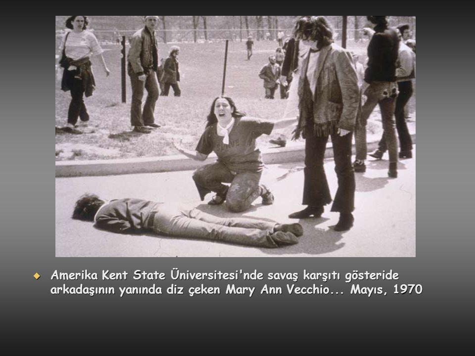 Amerika Kent State Üniversitesi nde savaş karşıtı gösteride arkadaşının yanında diz çeken Mary Ann Vecchio...