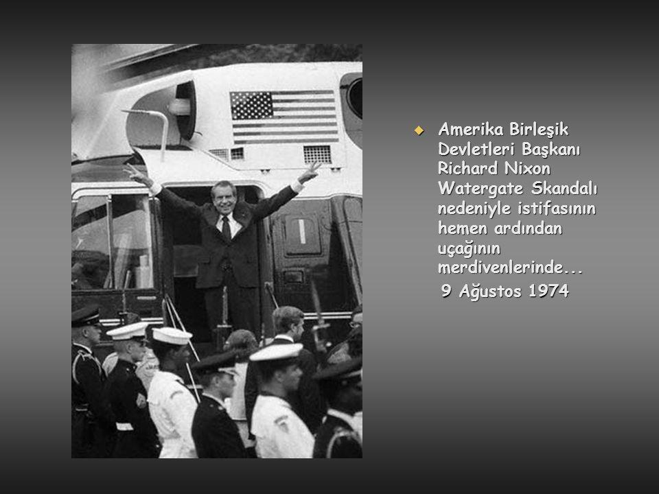 Amerika Birleşik Devletleri Başkanı Richard Nixon Watergate Skandalı nedeniyle istifasının hemen ardından uçağının merdivenlerinde...