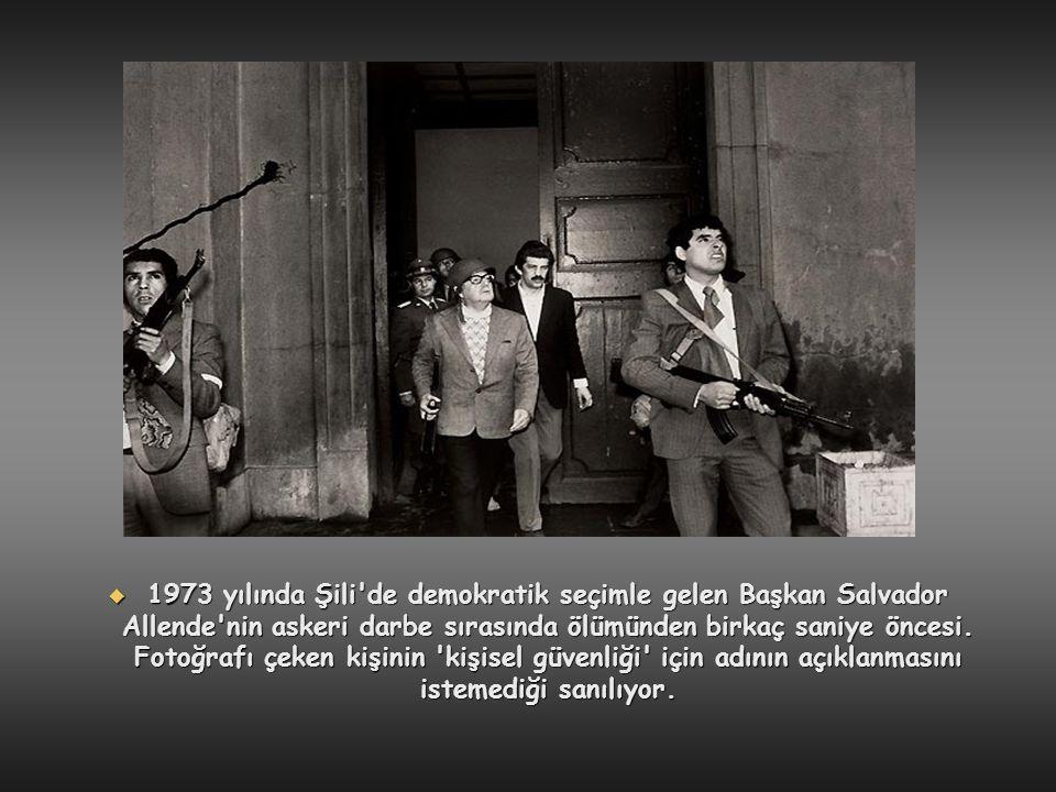 1973 yılında Şili de demokratik seçimle gelen Başkan Salvador Allende nin askeri darbe sırasında ölümünden birkaç saniye öncesi.
