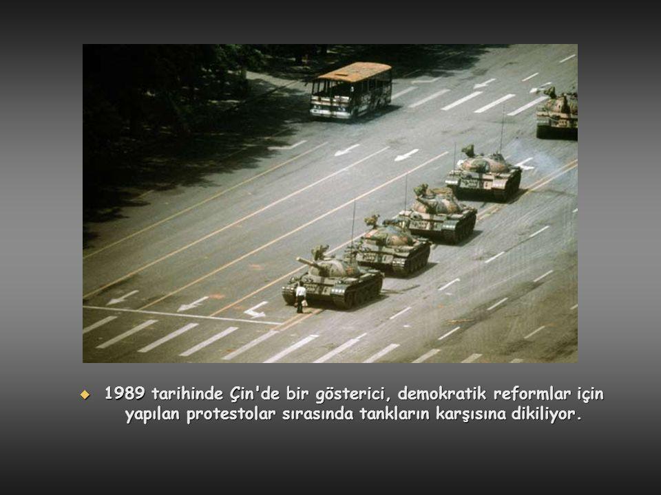1989 tarihinde Çin de bir gösterici, demokratik reformlar için yapılan protestolar sırasında tankların karşısına dikiliyor.