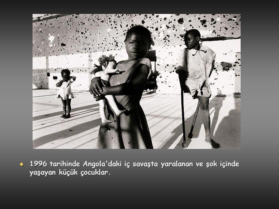 1996 tarihinde Angola daki iç savaşta yaralanan ve şok içinde yaşayan küçük çocuklar.