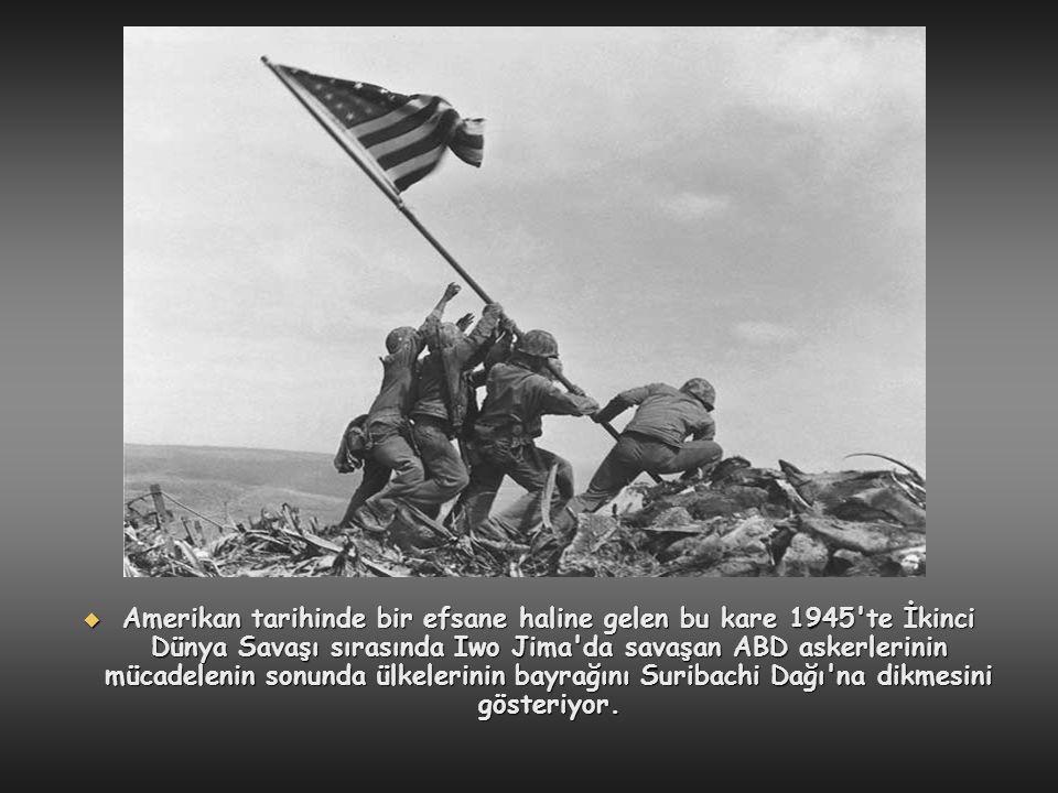 Amerikan tarihinde bir efsane haline gelen bu kare 1945 te İkinci Dünya Savaşı sırasında Iwo Jima da savaşan ABD askerlerinin mücadelenin sonunda ülkelerinin bayrağını Suribachi Dağı na dikmesini gösteriyor.