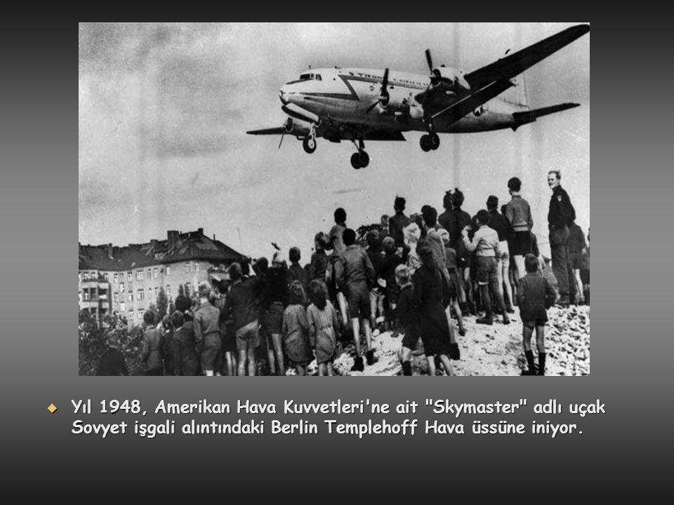 Yıl 1948, Amerikan Hava Kuvvetleri ne ait Skymaster adlı uçak Sovyet işgali alıntındaki Berlin Templehoff Hava üssüne iniyor.