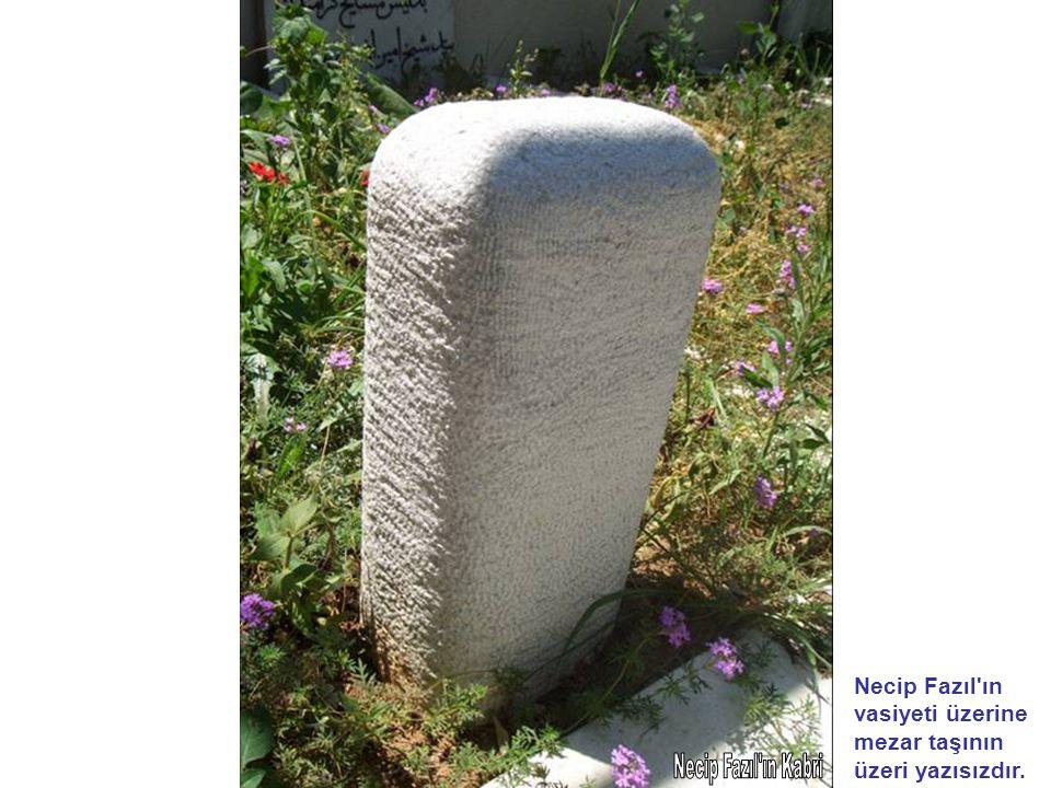 Necip Fazıl ın vasiyeti üzerine mezar taşının üzeri yazısızdır.