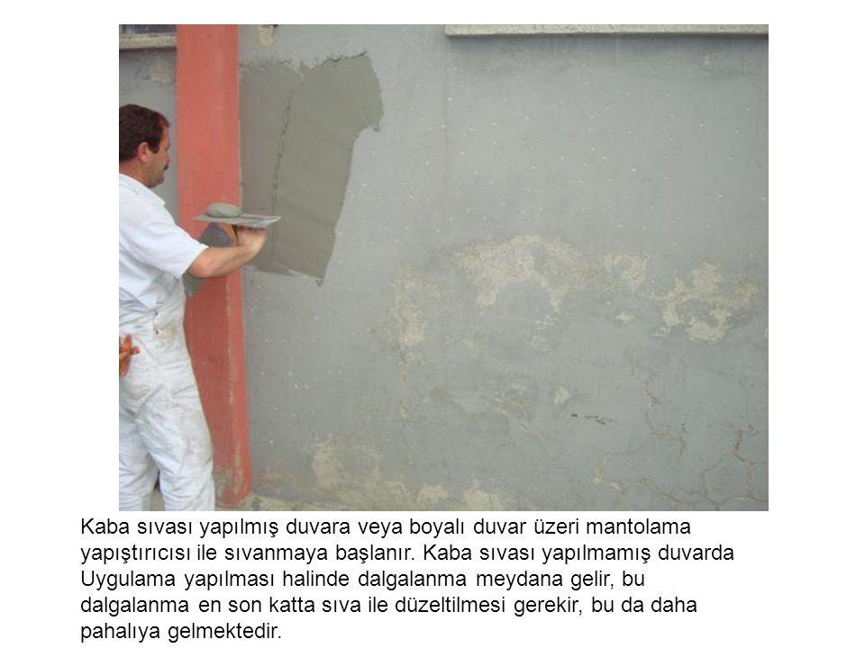 Kaba sıvası yapılmış duvara veya boyalı duvar üzeri mantolama yapıştırıcısı ile sıvanmaya başlanır. Kaba sıvası yapılmamış duvarda