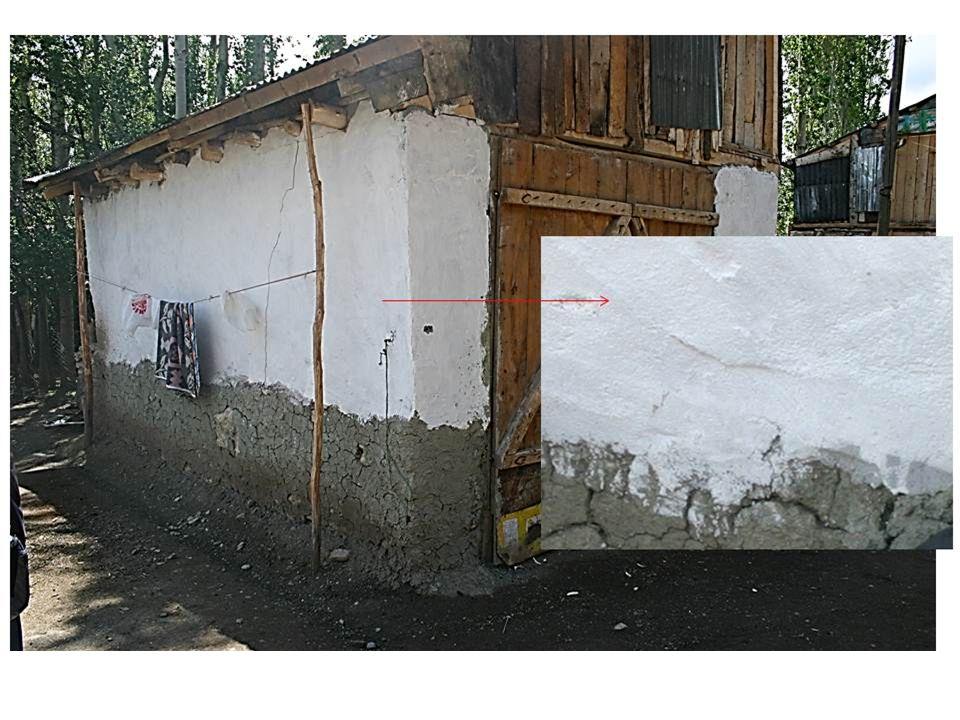 Asbestli toprakla sıvalı duvarlarda bazı evlerin sıvası kireçle kapatılmış olabilir.