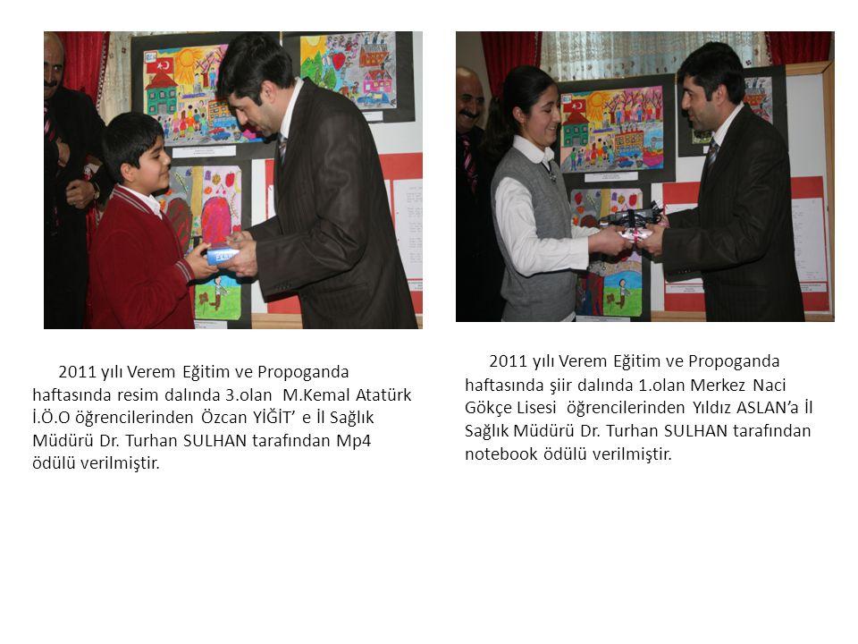 2011 yılı Verem Eğitim ve Propoganda haftasında resim dalında 3.olan M.Kemal Atatürk İ.Ö.O öğrencilerinden Özcan YİĞİT' e İl Sağlık Müdürü Dr. Turhan SULHAN tarafından Mp4 ödülü verilmiştir.
