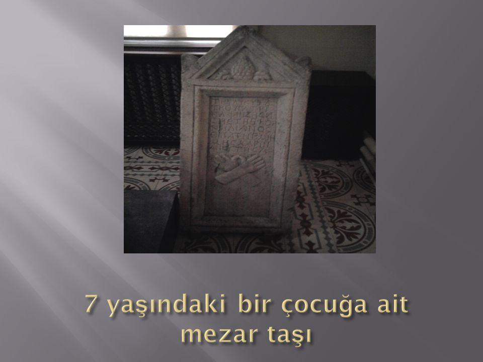 7 yaşındaki bir çocuğa ait mezar taşı