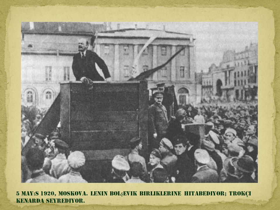 5 Mayıs 1920, Moskova. Lenin bolşevik birliklerine hitabediyor; Trokçi kenarda seyrediyor.
