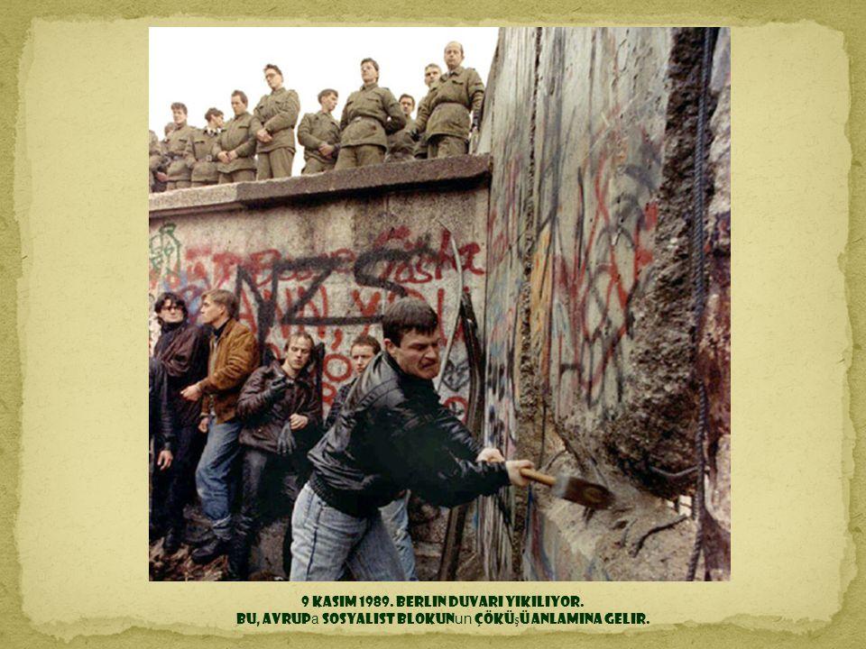 9 Kasım 1989. Berlin Duvarı yıkılıyor.