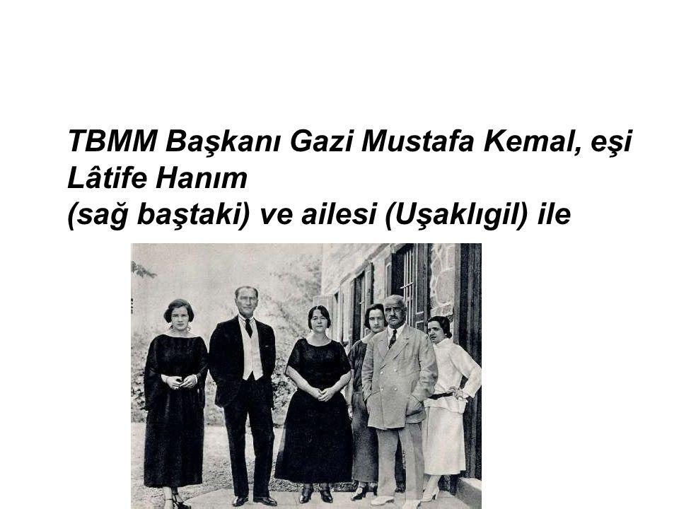 TBMM Başkanı Gazi Mustafa Kemal, eşi Lâtife Hanım (sağ baştaki) ve ailesi (Uşaklıgil) ile