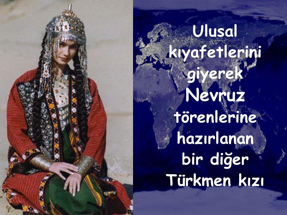 Ulusal kıyafetlerini giyerek Nevruz törenlerine hazırlanan bir diğer Türkmen kızı