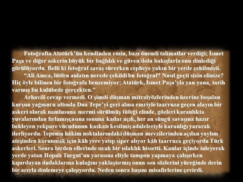 Fotoğrafta Atatürk'ün kendinden emin, bazı önemli talimatlar verdiği; İsmet Paşa ve diğer askerin büyük bir bağlılık ve güven dolu bakışlarla onu dinlediği görülüyordu. Belli ki fotoğraf savaş sürerken cepheye yakın bir yerde çekilmişti.