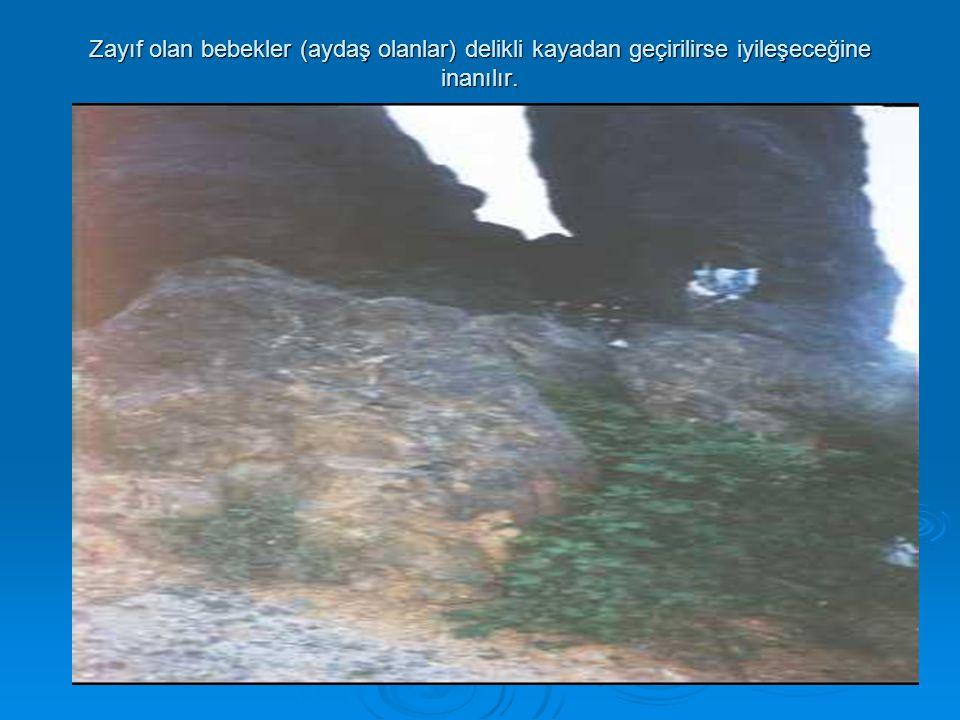 Zayıf olan bebekler (aydaş olanlar) delikli kayadan geçirilirse iyileşeceğine inanılır.