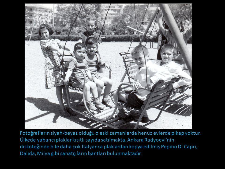 Fotoğrafların siyah-beyaz olduğu o eski zamanlarda henüz evlerde pikap yoktur.
