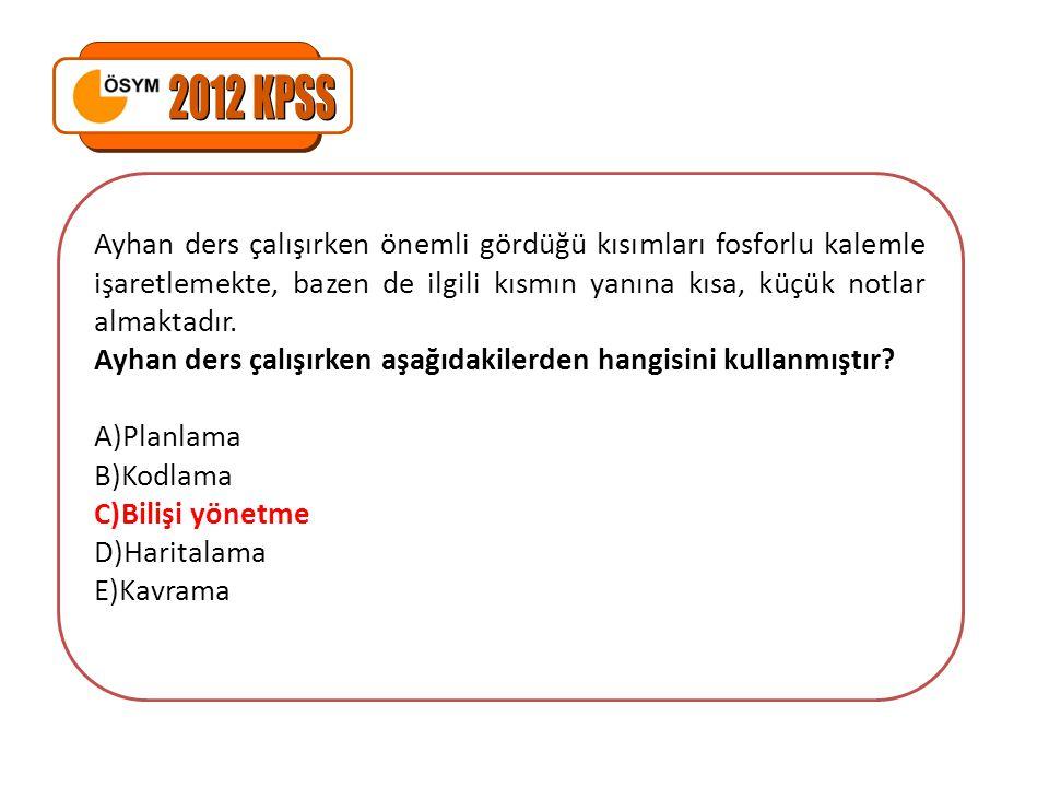 2012 KPSS Ayhan ders çalışırken önemli gördüğü kısımları fosforlu kalemle işaretlemekte, bazen de ilgili kısmın yanına kısa, küçük notlar almaktadır.
