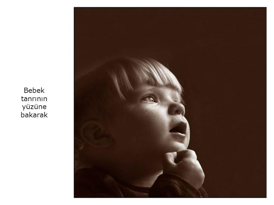 Bebek tanrının yüzüne bakarak