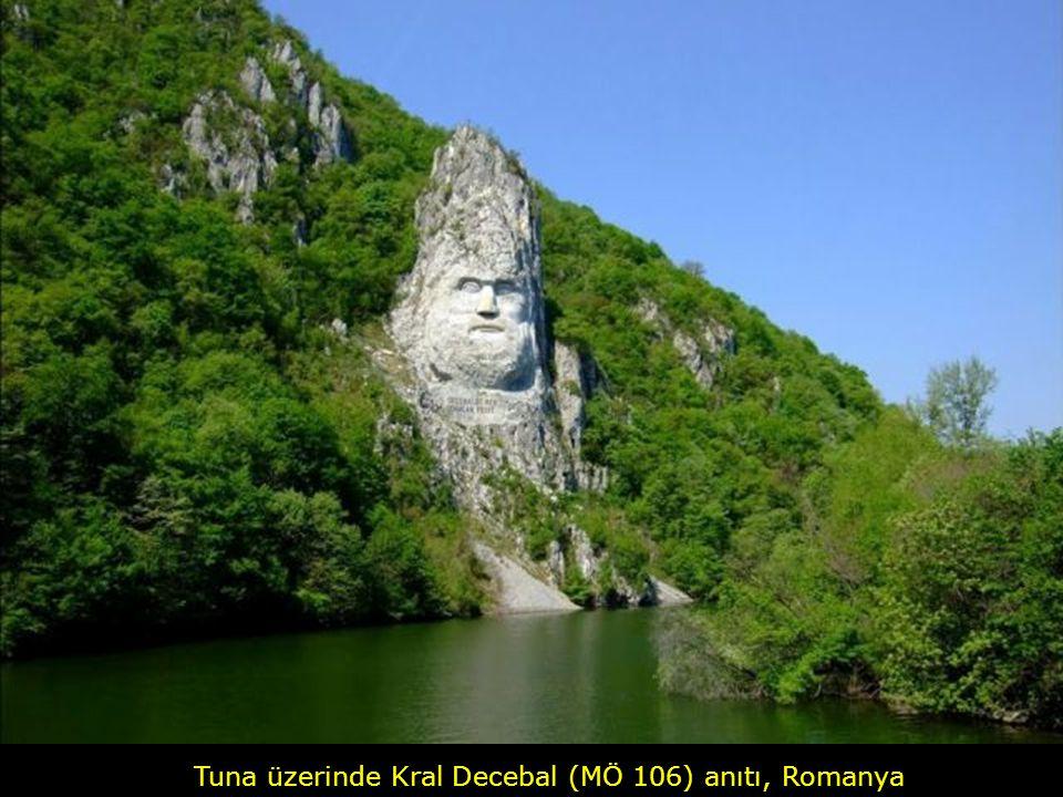 Tuna üzerinde Kral Decebal (MÖ 106) anıtı, Romanya