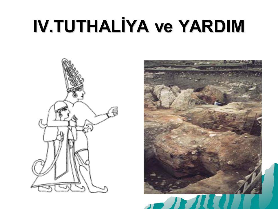 IV.TUTHALİYA ve YARDIM Yazılıkaya kabartmalarından çıkarılan bu resim IV.Tuthaliya yı koruyucu tannrısı Şarruma ile birlikte gösteriyor.