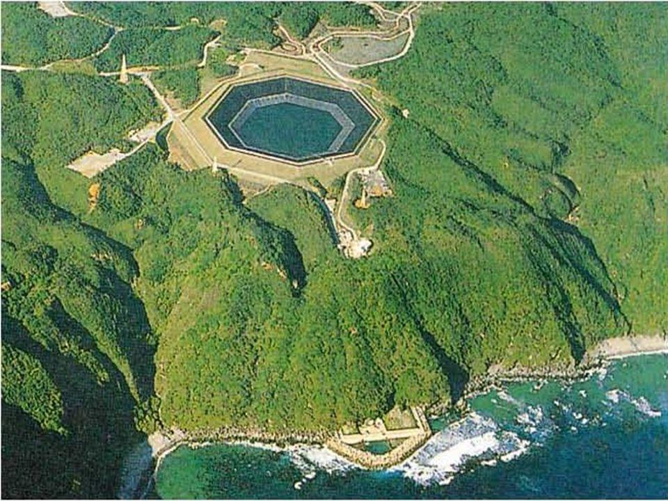 Japon Hükümeti, EPDC firmasına deniz suyunu kullanabilen bir PDHES'in etüdünü ve fizibilitesini sipariş etmiştir. 1981 yılında başlanan ilk etüt ve malzeme test çalışmaları, 1991 yılına kadar sürmüştür. 1991 yılında inşaatına başlanan Okinawa PDHES'in 1998 yılında tamamlanması planlanmış işletmeye geçtikten sonra beş yıllık tecrübe dönemi öngörülmüştür. Mart 1999'da inşaat tamamlanmıştır. Bir deniz suyu PDHES'in fiyat ve sistem işletmesi açısından normal bir PDHES'e göre aşağıdaki üstünlükleri vardır.