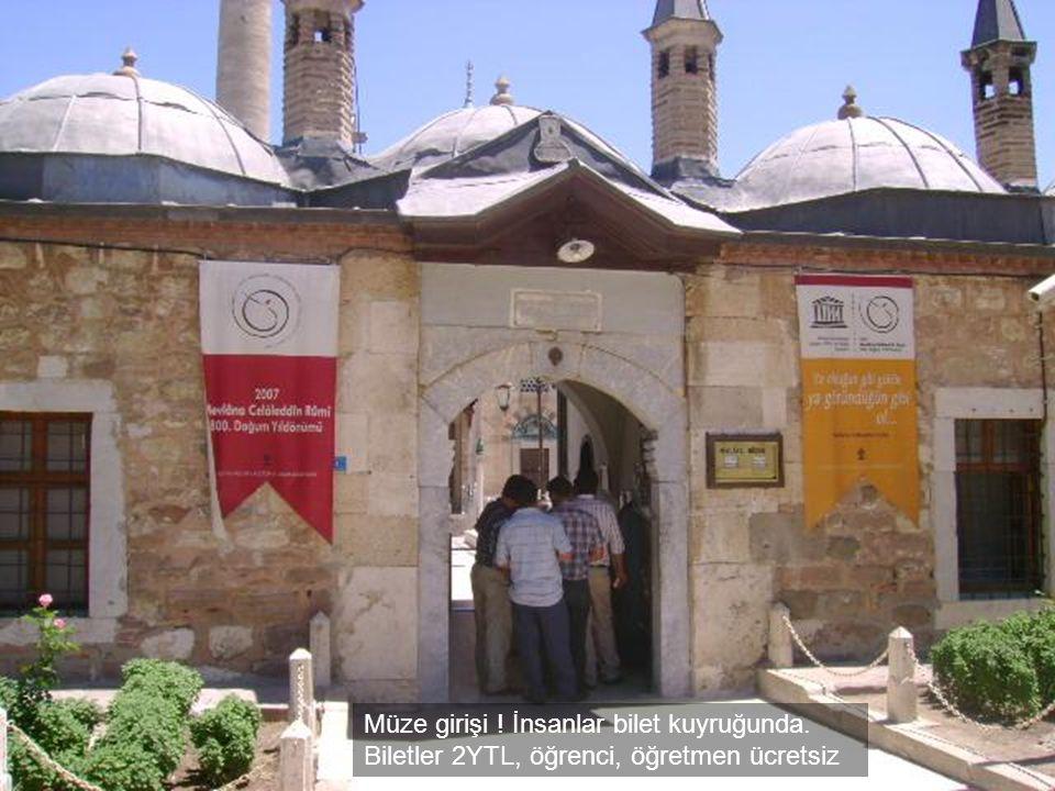 Müze girişi. İnsanlar bilet kuyruğunda