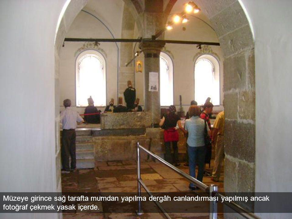 Müzeye girince sağ tarafta mumdan yapılma dergâh canlandırması yapılmış ancak fotoğraf çekmek yasak içerde.