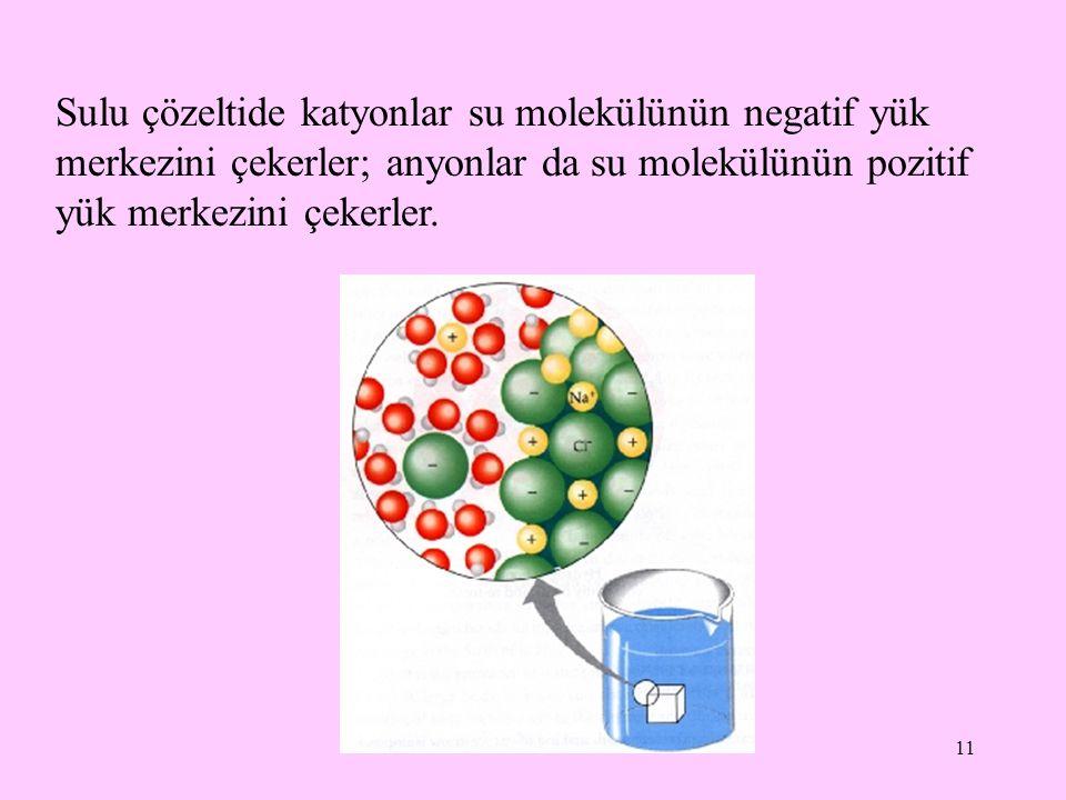 Sulu çözeltide katyonlar su molekülünün negatif yük merkezini çekerler; anyonlar da su molekülünün pozitif yük merkezini çekerler.