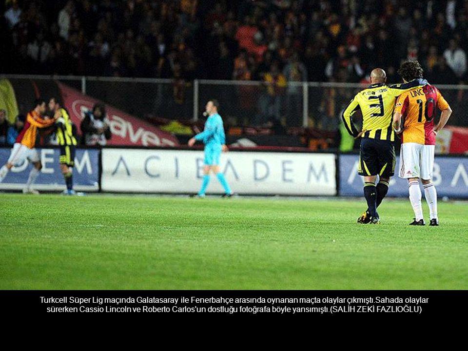 Turkcell Süper Lig maçında Galatasaray ile Fenerbahçe arasında oynanan maçta olaylar çıkmıştı.Sahada olaylar sürerken Cassio Lincoln ve Roberto Carlos un dostluğu fotoğrafa böyle yansımıştı.(SALİH ZEKİ FAZLIOĞLU)