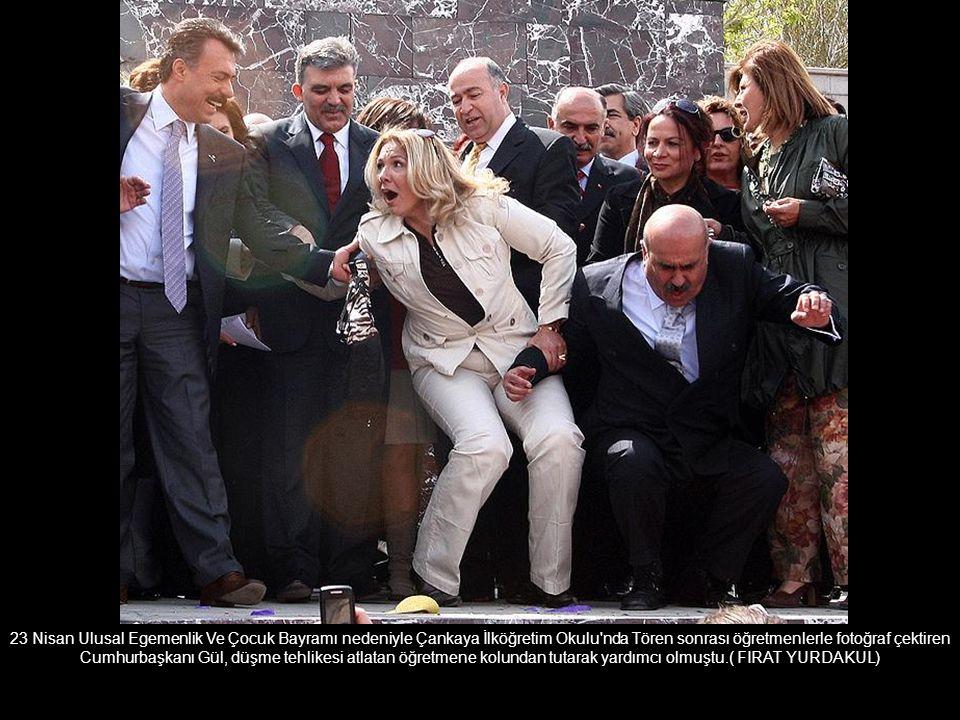 23 Nisan Ulusal Egemenlik Ve Çocuk Bayramı nedeniyle Çankaya İlköğretim Okulu nda Tören sonrası öğretmenlerle fotoğraf çektiren Cumhurbaşkanı Gül, düşme tehlikesi atlatan öğretmene kolundan tutarak yardımcı olmuştu.( FIRAT YURDAKUL)