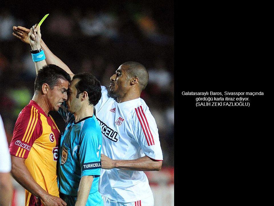 Galatasaraylı Baros, Sivasspor maçında gördüğü karta itiraz ediyor.