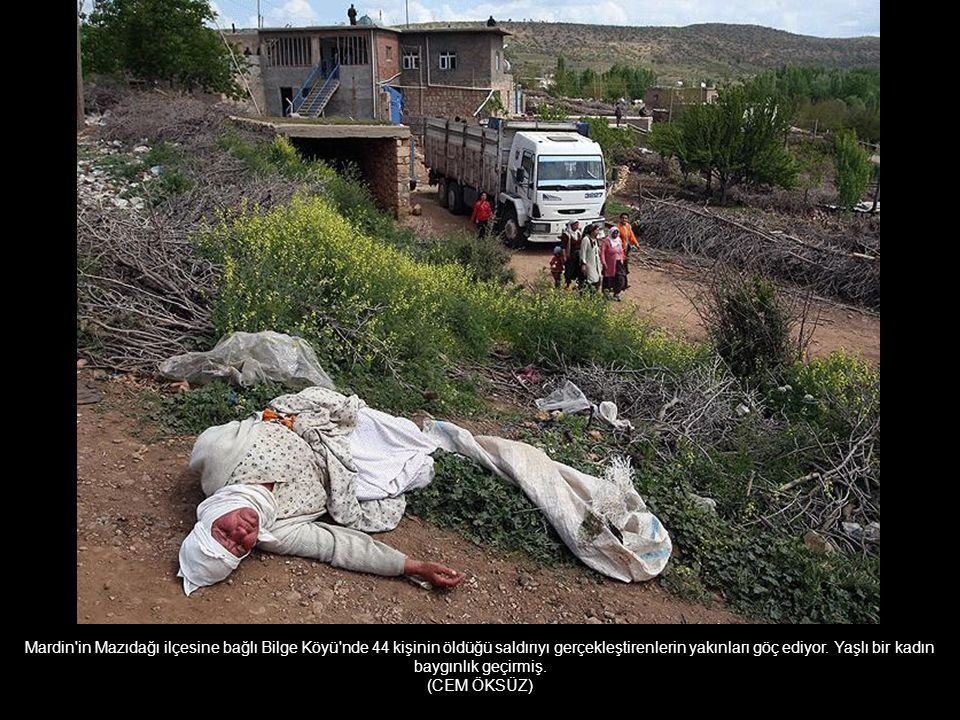 Mardin in Mazıdağı ilçesine bağlı Bilge Köyü nde 44 kişinin öldüğü saldırıyı gerçekleştirenlerin yakınları göç ediyor. Yaşlı bir kadın baygınlık geçirmiş.