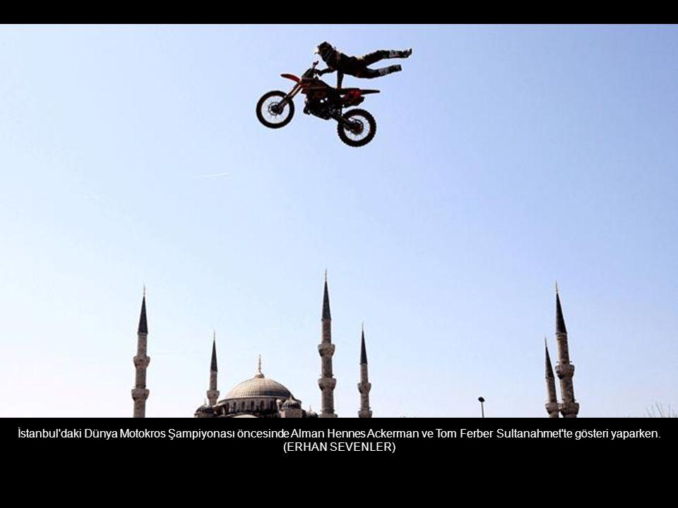 İstanbul daki Dünya Motokros Şampiyonası öncesinde Alman Hennes Ackerman ve Tom Ferber Sultanahmet te gösteri yaparken.