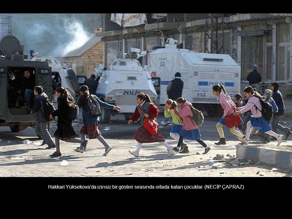Hakkari Yüksekova da izinsiz bir gösteri sırasında ortada kalan çocuklar. (NECİP ÇAPRAZ)