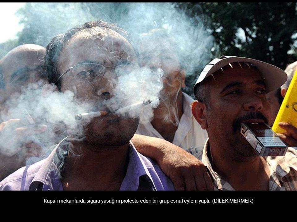 Kapalı mekanlarda sigara yasağını protesto eden bir grup esnaf eylem yaptı. (DİLEK MERMER)