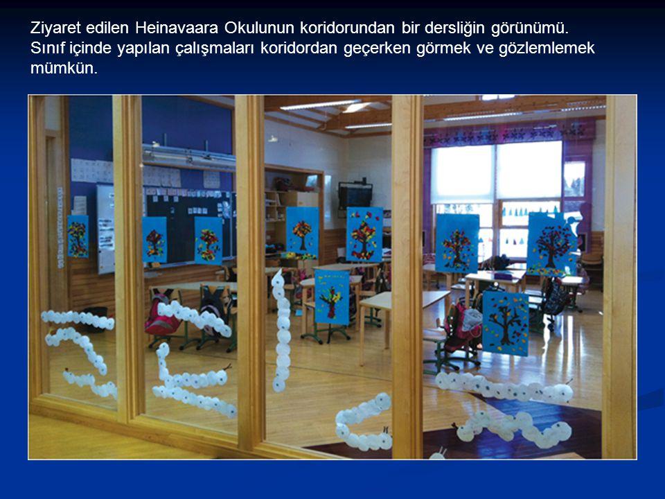 Ziyaret edilen Heinavaara Okulunun koridorundan bir dersliğin görünümü.