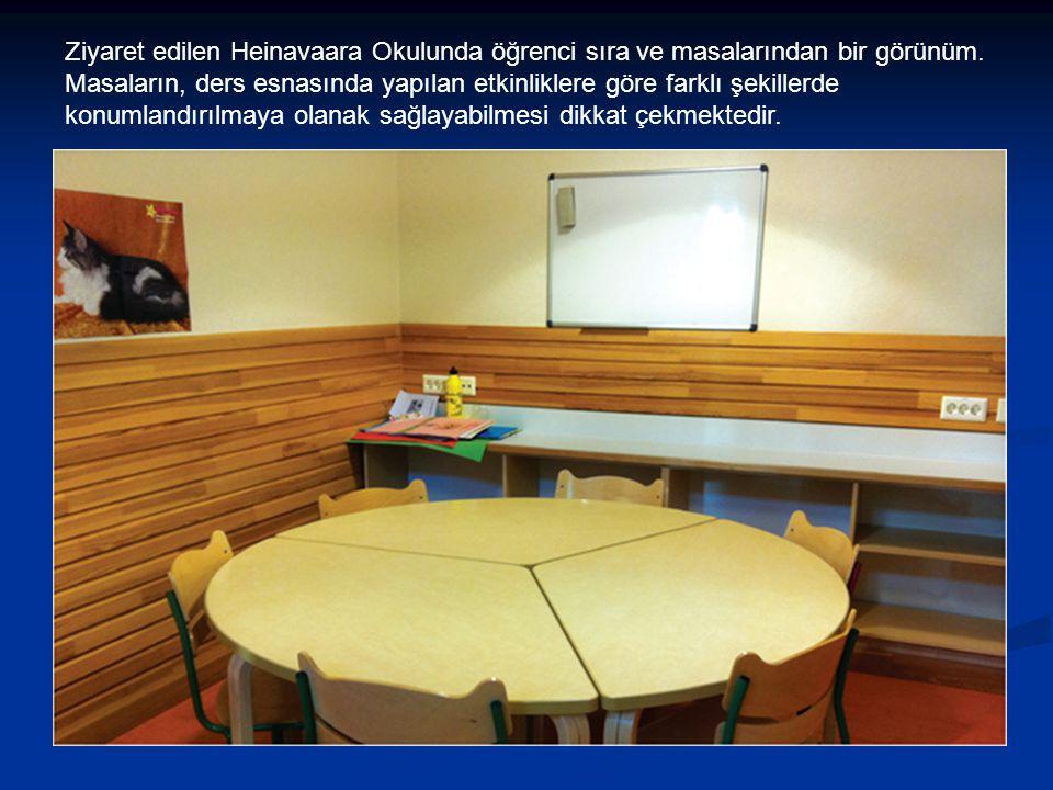 Ziyaret edilen Heinavaara Okulunda öğrenci sıra ve masalarından bir görünüm.