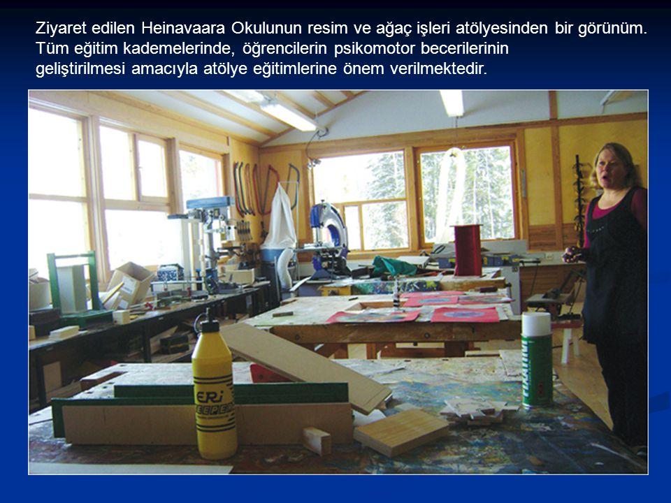 Ziyaret edilen Heinavaara Okulunun resim ve ağaç işleri atölyesinden bir görünüm.