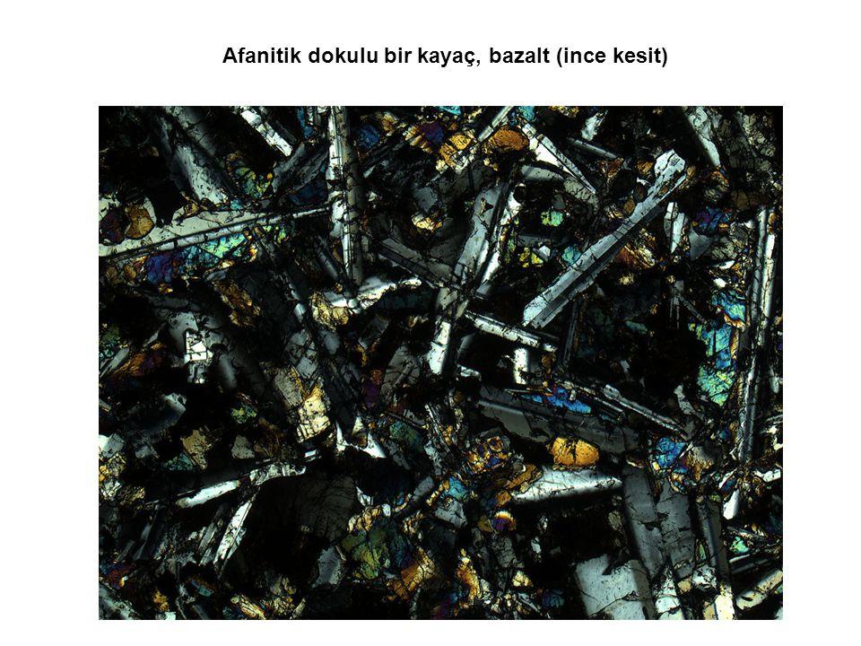 Afanitik dokulu bir kayaç, bazalt (ince kesit)