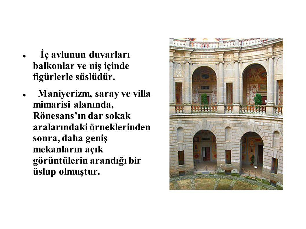 İç avlunun duvarları balkonlar ve niş içinde figürlerle süslüdür.