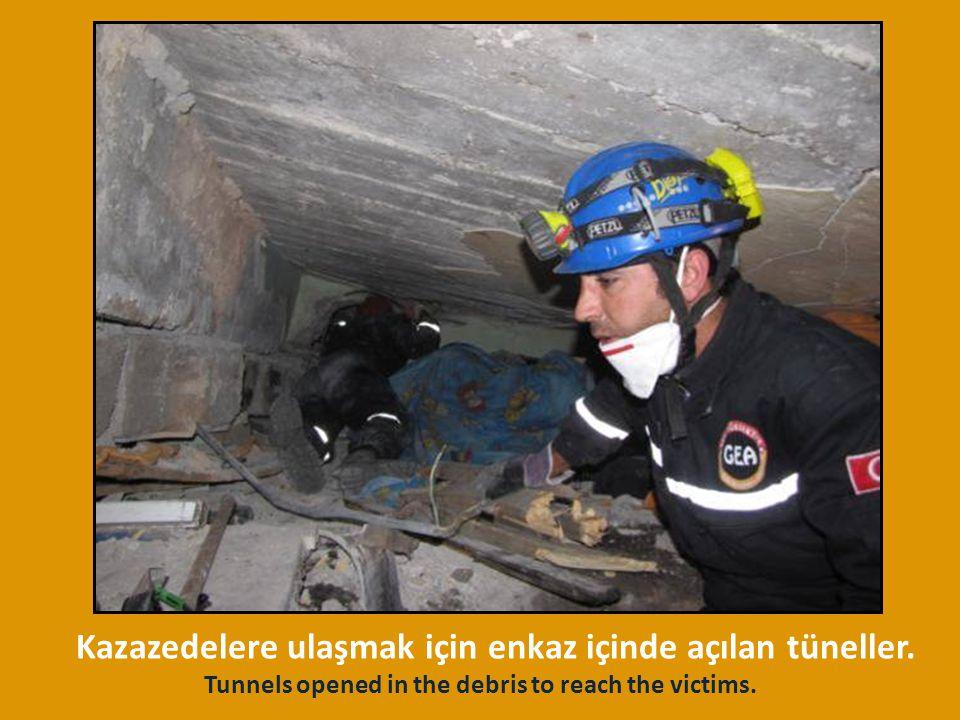 Kazazedelere ulaşmak için enkaz içinde açılan tüneller.