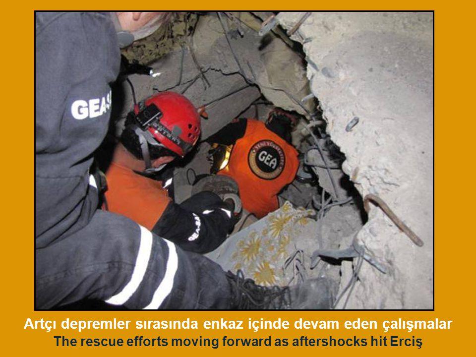 Artçı depremler sırasında enkaz içinde devam eden çalışmalar