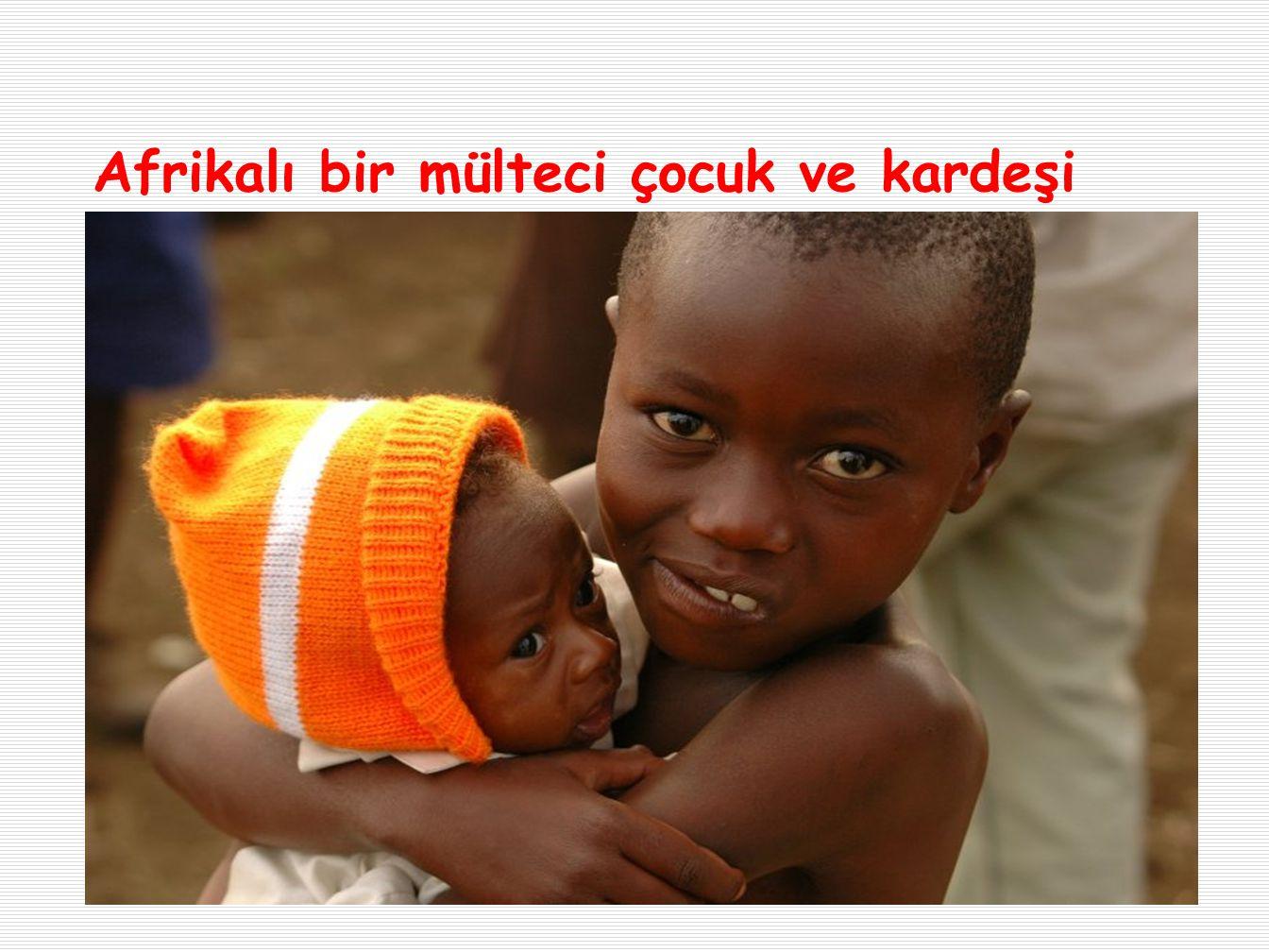 Afrikalı bir mülteci çocuk ve kardeşi