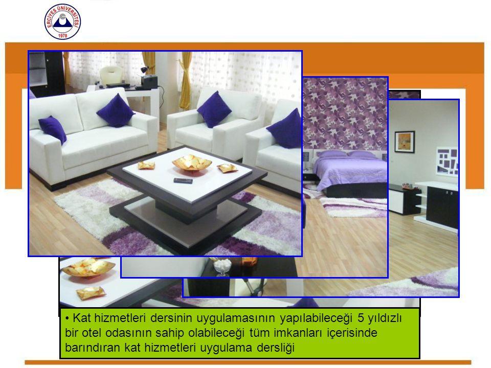 Kat hizmetleri dersinin uygulamasının yapılabileceği 5 yıldızlı bir otel odasının sahip olabileceği tüm imkanları içerisinde barındıran kat hizmetleri uygulama dersliği