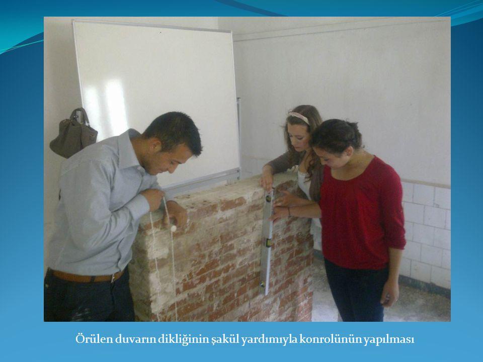 Örülen duvarın dikliğinin şakül yardımıyla konrolünün yapılması