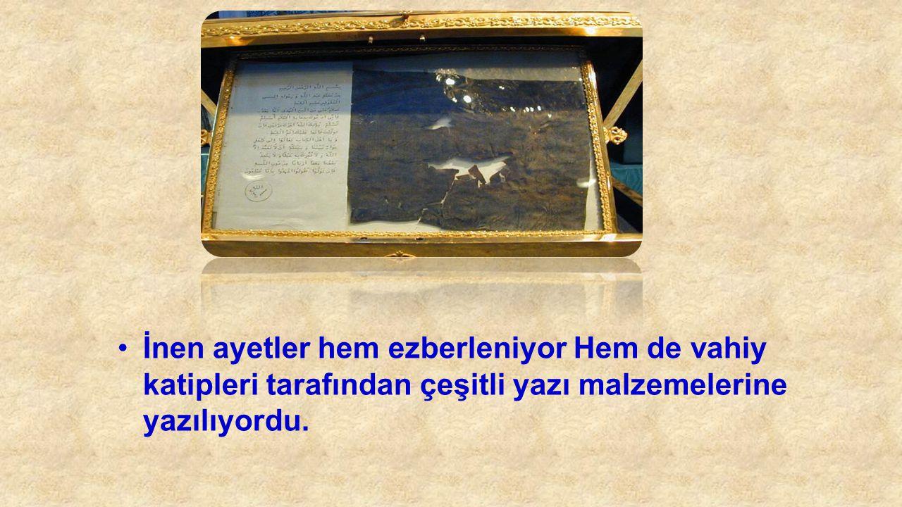 İnen ayetler hem ezberleniyor Hem de vahiy katipleri tarafından çeşitli yazı malzemelerine yazılıyordu.