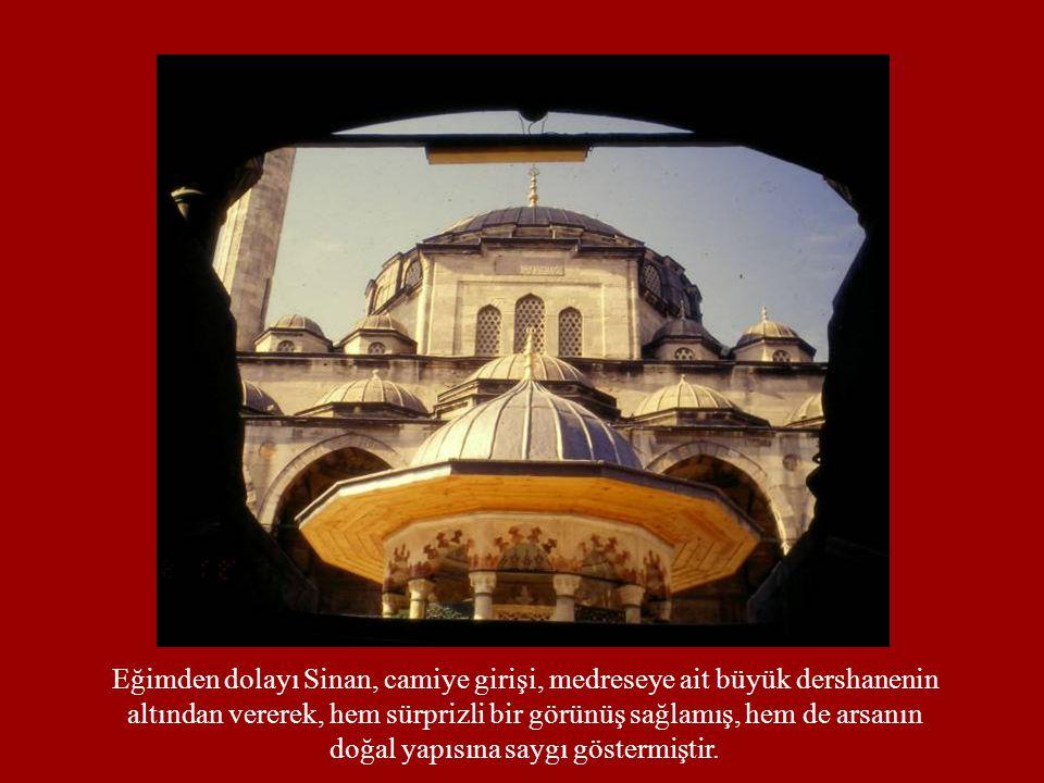 Eğimden dolayı Sinan, camiye girişi, medreseye ait büyük dershanenin
