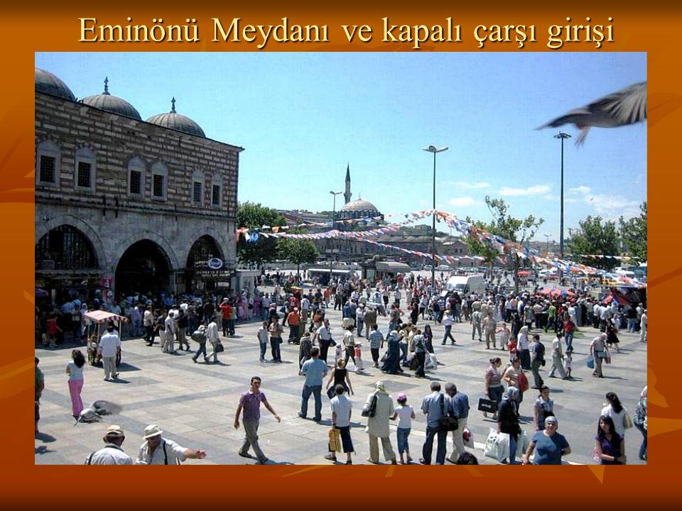 Eminönü Meydanı ve kapalı çarşı girişi