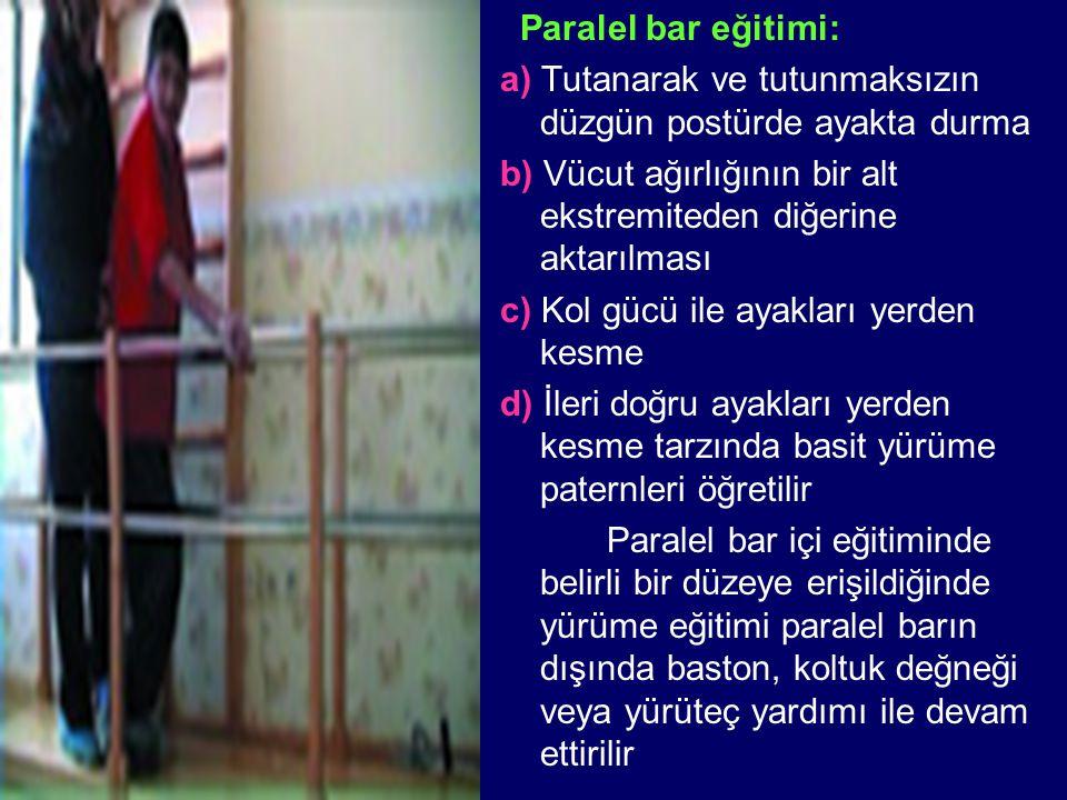 Paralel bar eğitimi: a) Tutanarak ve tutunmaksızın düzgün postürde ayakta durma. b) Vücut ağırlığının bir alt ekstremiteden diğerine aktarılması.