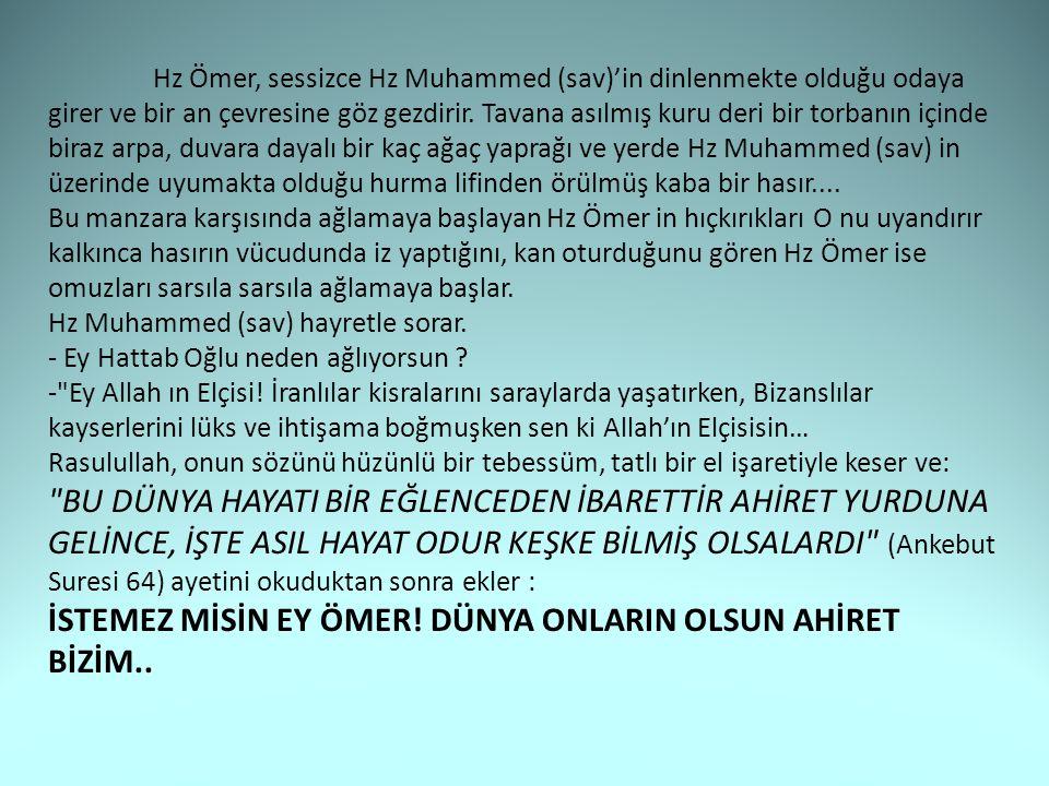 Hz Ömer, sessizce Hz Muhammed (sav)'in dinlenmekte olduğu odaya girer ve bir an çevresine göz gezdirir.