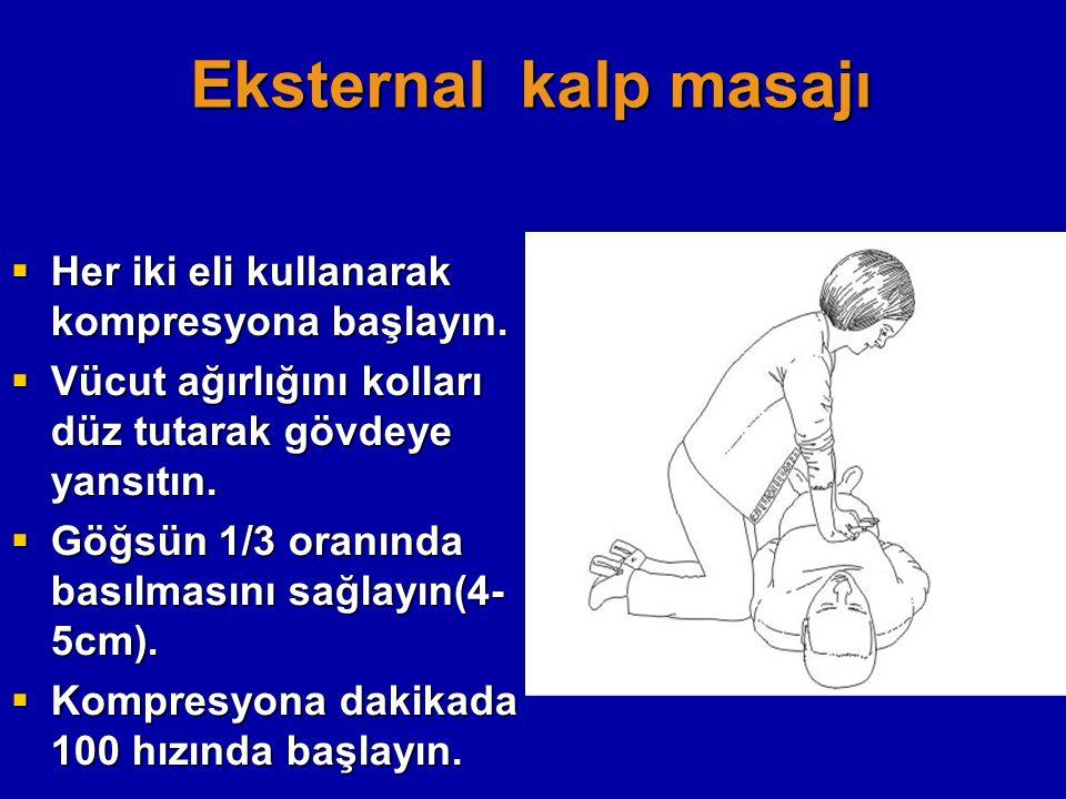Eksternal kalp masajı Her iki eli kullanarak kompresyona başlayın.